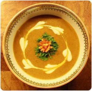 тарелка с вкусным и ароматным супчиком