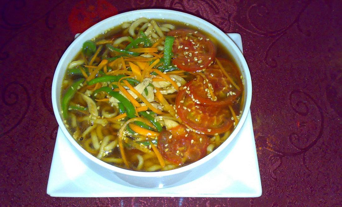 Китайский суп с курицей и лапшой