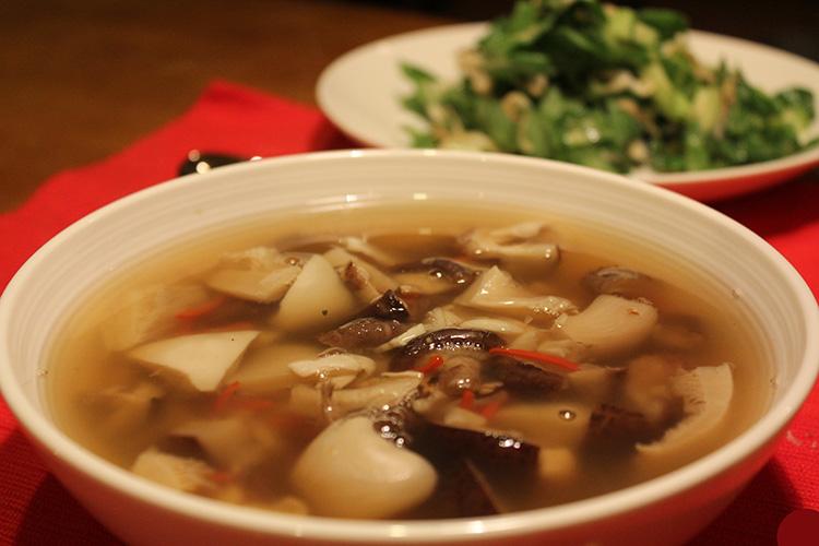 Готовый суп с грибами и курицей
