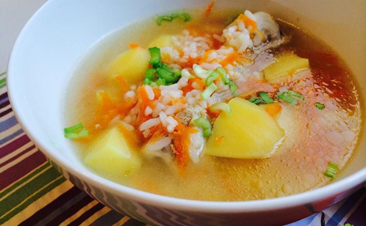 Суп из картошки, риса и курицы