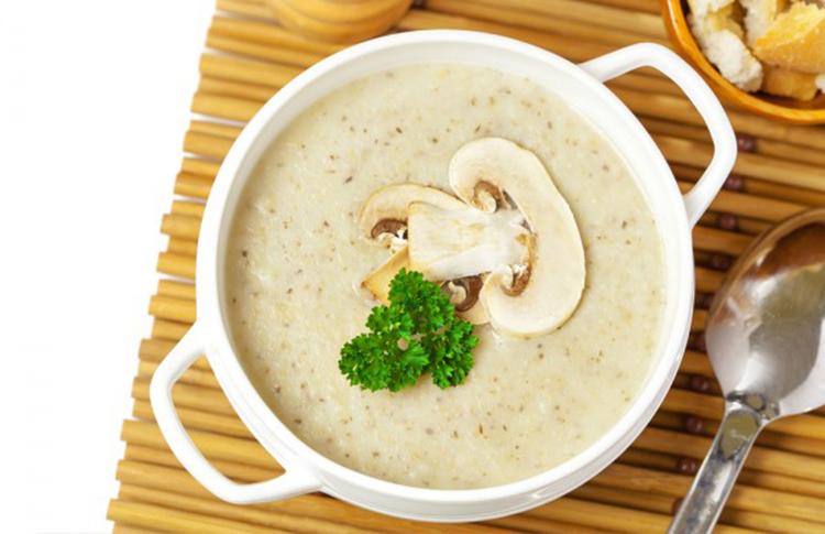 Готовый аппетитный крем-суп из шампиньонов