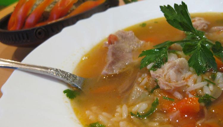 Готовый свиной суп с рисом
