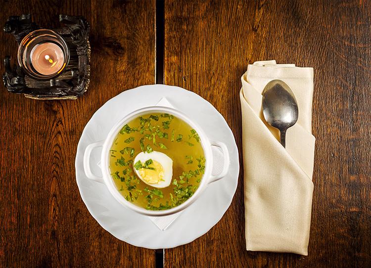 Легкий суп с яйцом и птицей