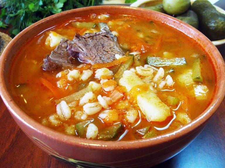 Суп из перловки и соленые огурцы с фото