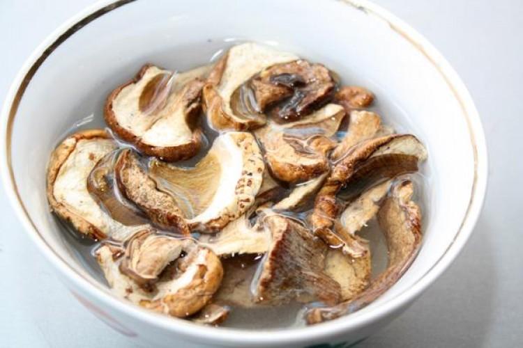 Сухие грибы в воде