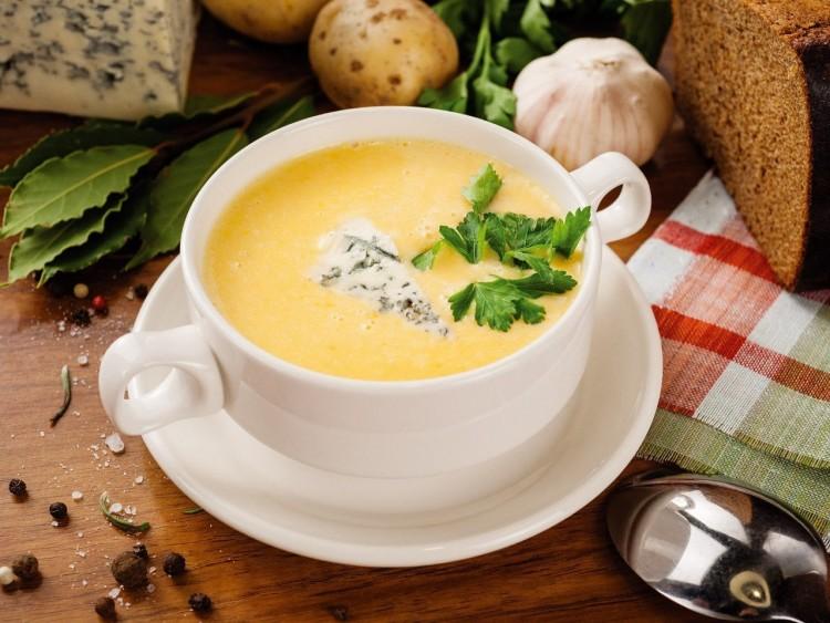 Вкусный сырный суп с помидором