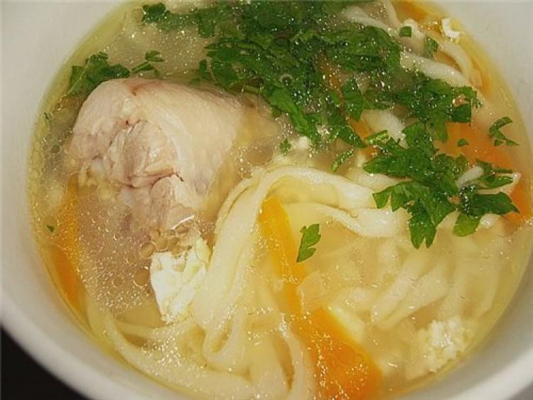 Вкусный суп с куриными ножками