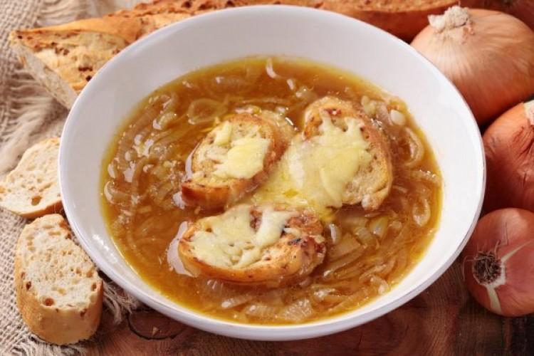 Вкусный суп с луком и гренками