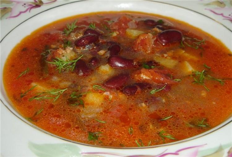 Вкусный суп с томатом и фасолью