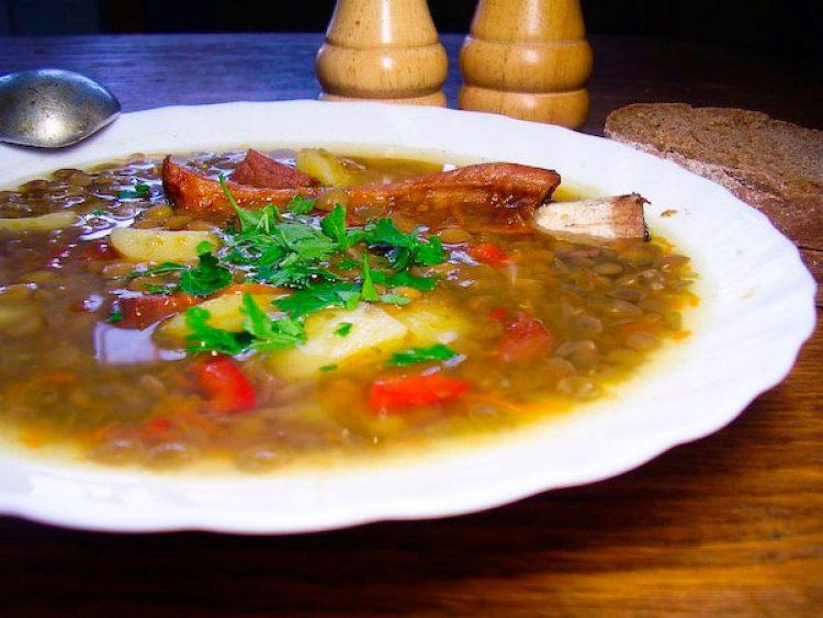 Вкусный чечевичный суп с копчёностями