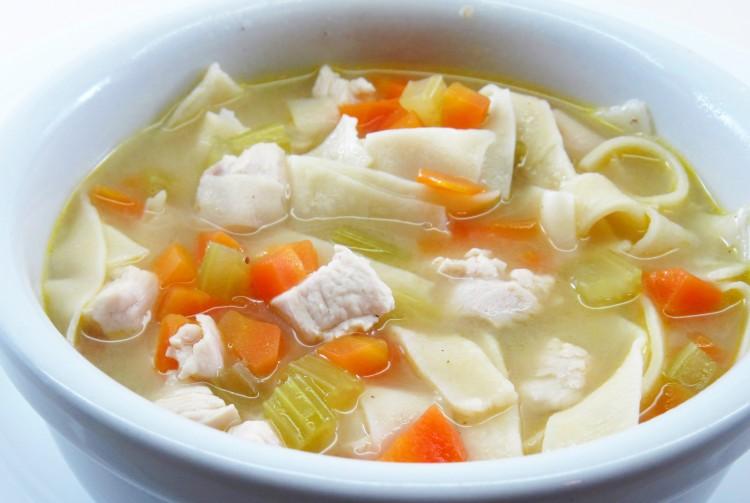 Вкусный куриный суп с овощами и лапшой