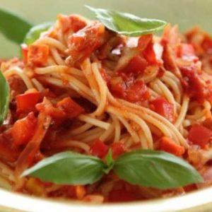 Паста с томатным соусом подача