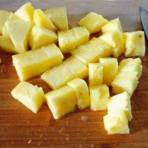 Нарезаем ананас кусочками