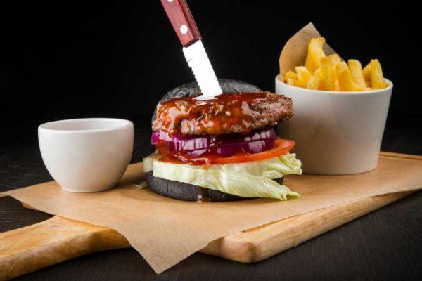 Чёрный бургер под соусом