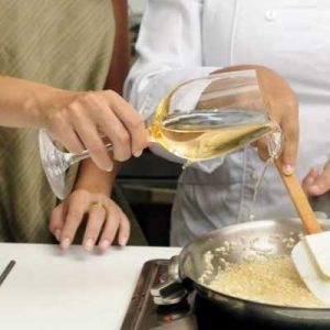 Добавляем вино на сковороду