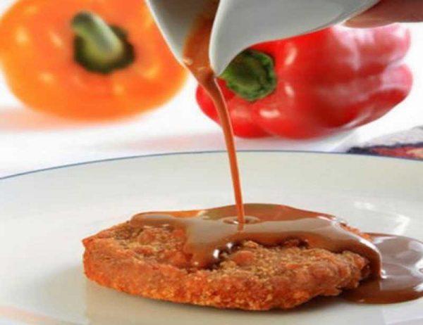 Подача красного соуса