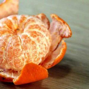 Очищаем мандарины для соуса