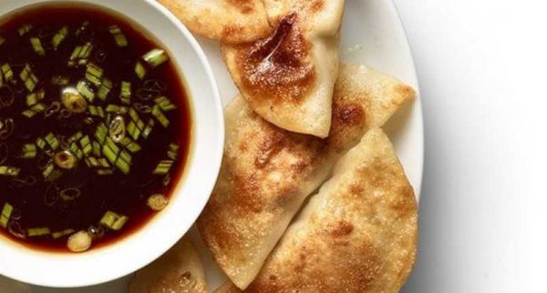 Подача соуса понзу с варениками