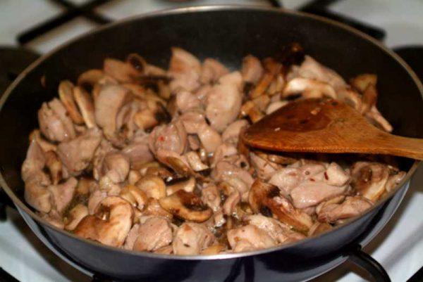 Готовим соус с грибами и курицей