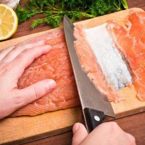 Филе рыбы тонко нарезаем