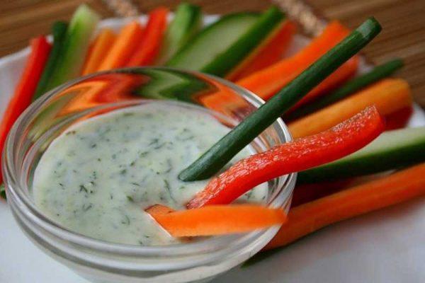 Чесночный соус с овощами