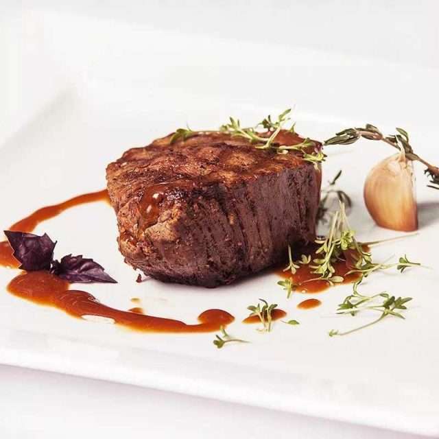 Подача стейка из говядины с соусом