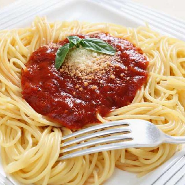 Спагетти с томатным соусом подача
