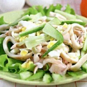 Салат с кальмарами и соусом подача