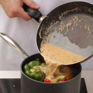 Готовим молочный соус для фаршированного перца